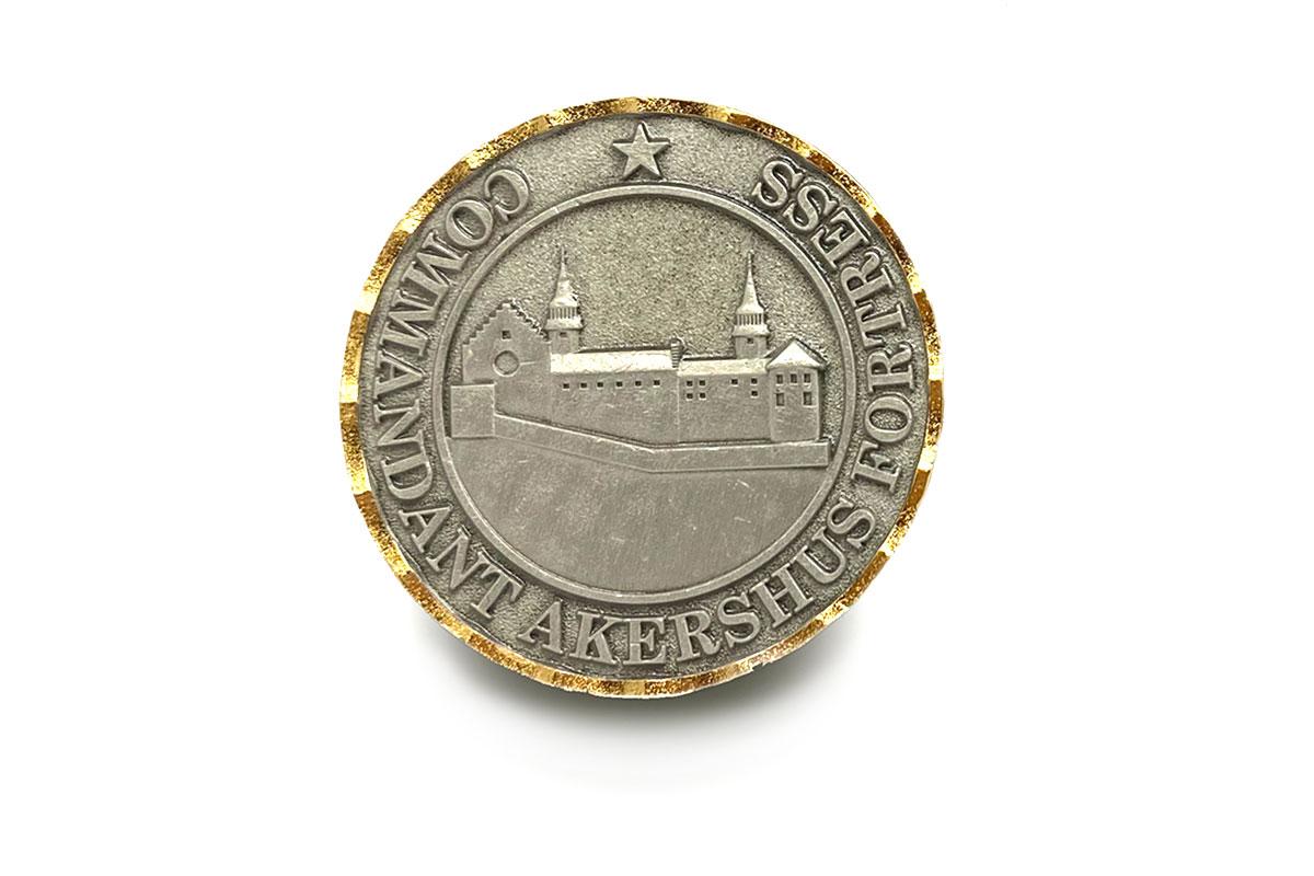 coin-med-gull-kant